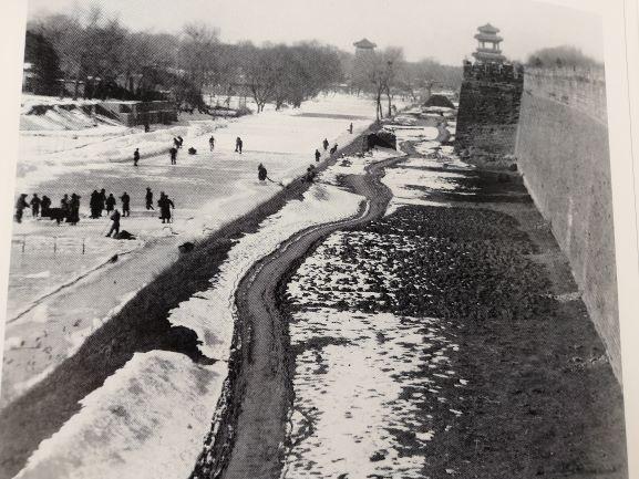 护城河凿冰小.jpg